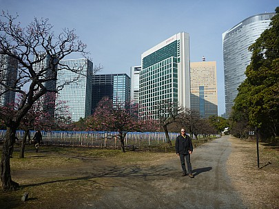 2015-02-07 10.15.19 P1010228 Simon - Jim in Hama-rikyu gardens with city behind.jpeg: 4000x3000, 6689k (2015 Feb 07 01:15)