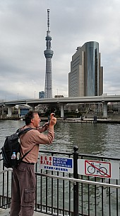 2015-02-07 13.29.56 Jim - Tokyo - Tokyo Skytree - Simon taking photo.jpeg: 2976x5312, 4636k (2015 Feb 21 08:43)