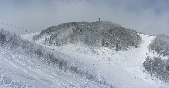 2015-02-10 12.15.00 Panorama Simon - view to top from Hikage lift_stitch.jpg: 5479x2854, 2531k (2015 Mar 04 17:47)
