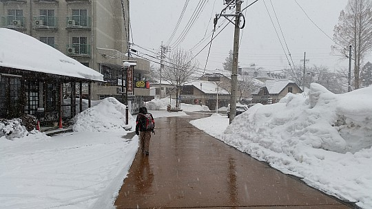 2015-02-13 07.41.29 Jim - Narrow Hakuba streets - snowing.jpeg: 5312x2988, 5102k (2015 Jun 07 02:09)