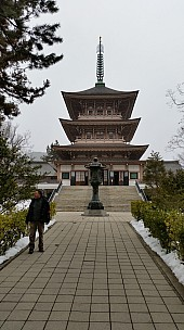 2015-02-13 15.43.39 Jim - Zenkoji Temple War Memorial Pagoda.jpeg: 2976x5312, 5190k (2015 Jun 07 04:28)