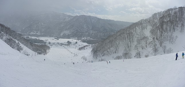 2015-02-14 10.49.00 Panorama Simon - looking down Rabbit Course to Wakaguri Central Slope after late breakfast_stitch.jpg: 5832x2747, 2190k (2015 Jun 11 06:51)