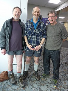 2015-10-01 17.02.20 P1000172 Simon - with Brian and Philip at Wellington airport.jpeg: 3456x4608, 5413k (2015 Nov 06 03:03)