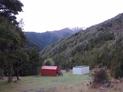 2015-10-02 07.41.06 P1000186 Simon - Boulder Forks hut and range beyond.jpeg: 4608x3456, 6174k (2015 Nov 06 03:07)
