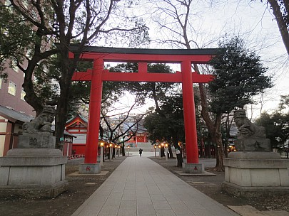 2017-01-12 16.50.48 IMG_8399 Anne - Hanazono Shrine red entrance Torii.jpeg: 4608x3456, 6289k (2017 Jan 26 05:34)