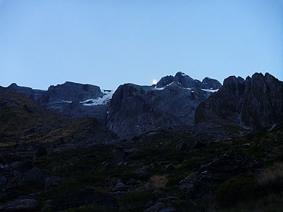 2019-01-17 21.33.33 P1050738 Philip - moon behind Mt Hooker.jpeg: 4320x3240, 4157k (2019 Jun 24 09:12)